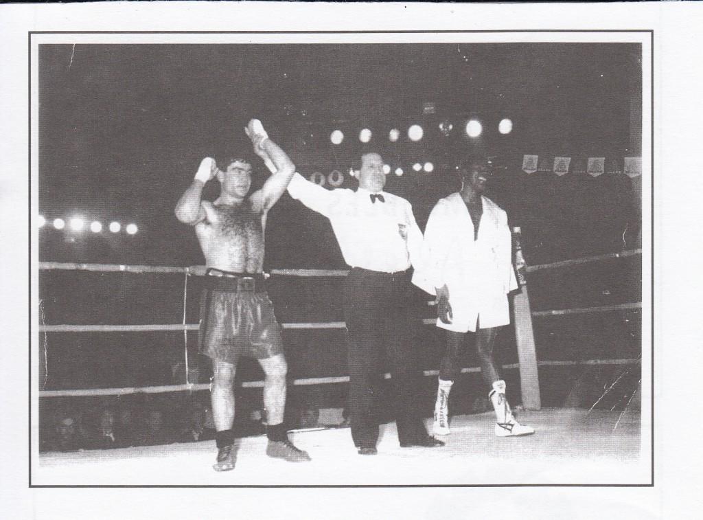 MIKI SÁNCHEZ es proclamado vencedor por el ártbitro JOSÉ LUIS CANCELA ante el colombiano ALFREDO CÁCERES. foto cortesía del Club Xoan Pérez.