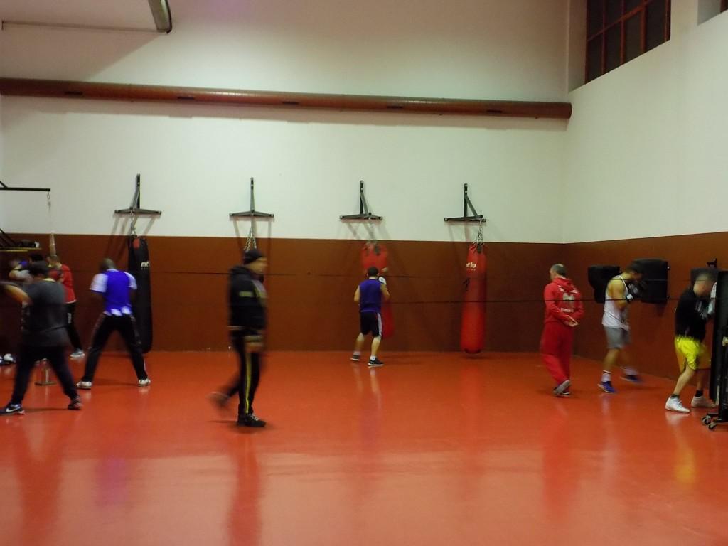 CARLOS VILARIÑO (izda) y TITO BESTILLEIRO (drcha) supervisnan los entrenamientos en la sección de saco del LUDUS BOX ARTABRUM.