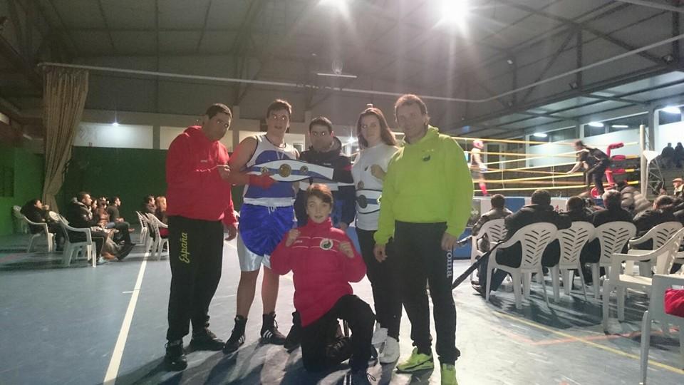 Gran éxito del boxeo de MELIDE. CORA y AARÓN AYUDE alcanzaron el cinturón de CAMPEONES GALLEGOS. En camino aparece una nueva cantera con RUBÉN SIMON y NAHUN AYUDE.