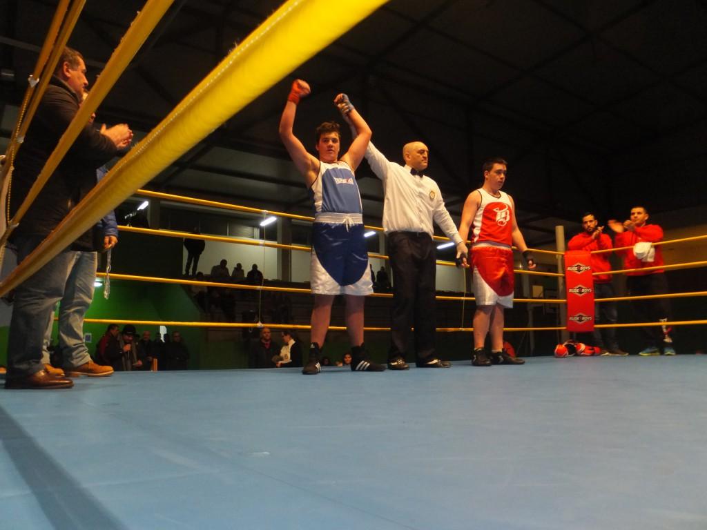 El árbitro señor VILAS levanta el brazo al nuevo Campeón gallego AARÓN AYUDE.