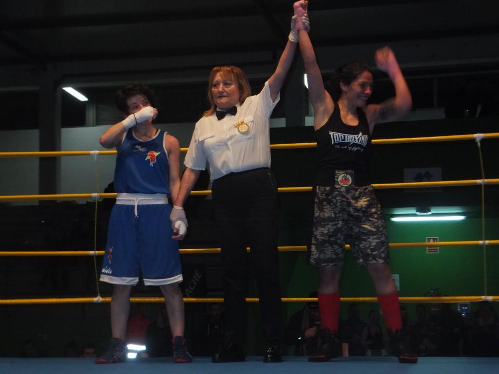 ANA ACEVEDO GÓMEZ (DCHA), con la colegiada gallega ALICIA LÓPEZ y su oponente en la final ROCIO SUAREZ