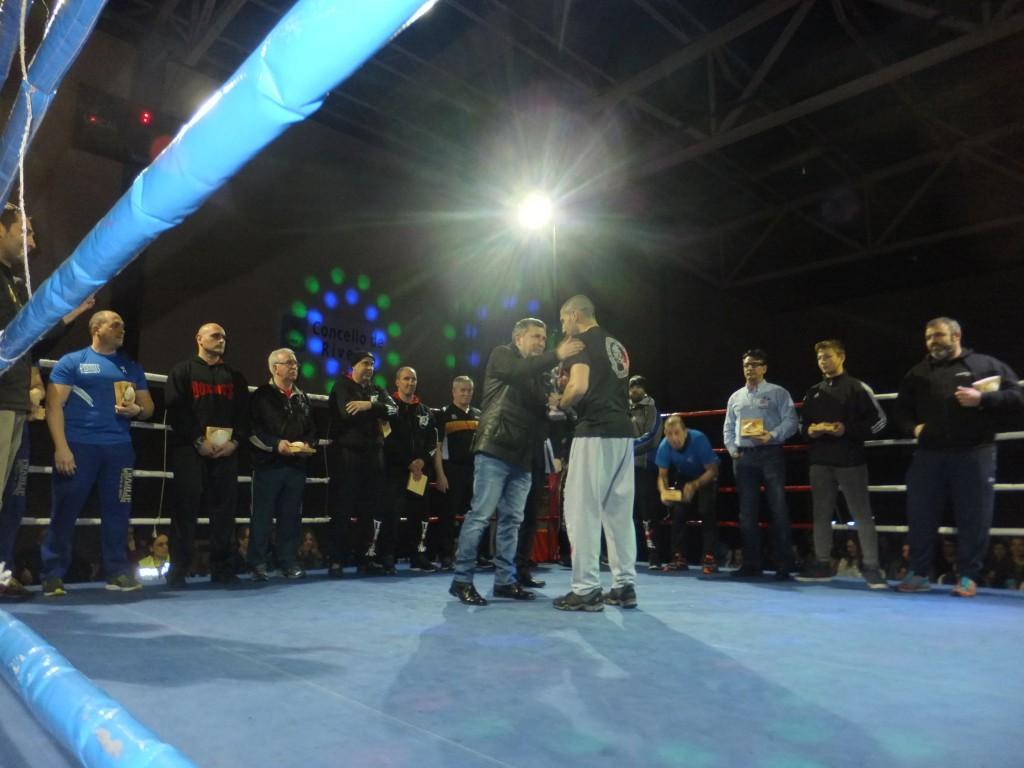El Alcalde del Concello de Riveira homenajeó a los artífices del resurgir del boxeo gallego. En la imagen rntregando el trofeo a Israel Benitez. boxeo