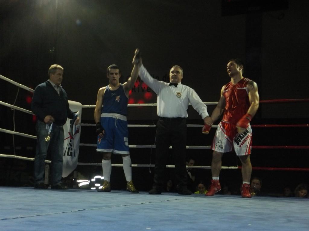 ROCKY ALVAREZ impuso el fajín de su 5º Campeonato a AARÓN GONZALEZ.