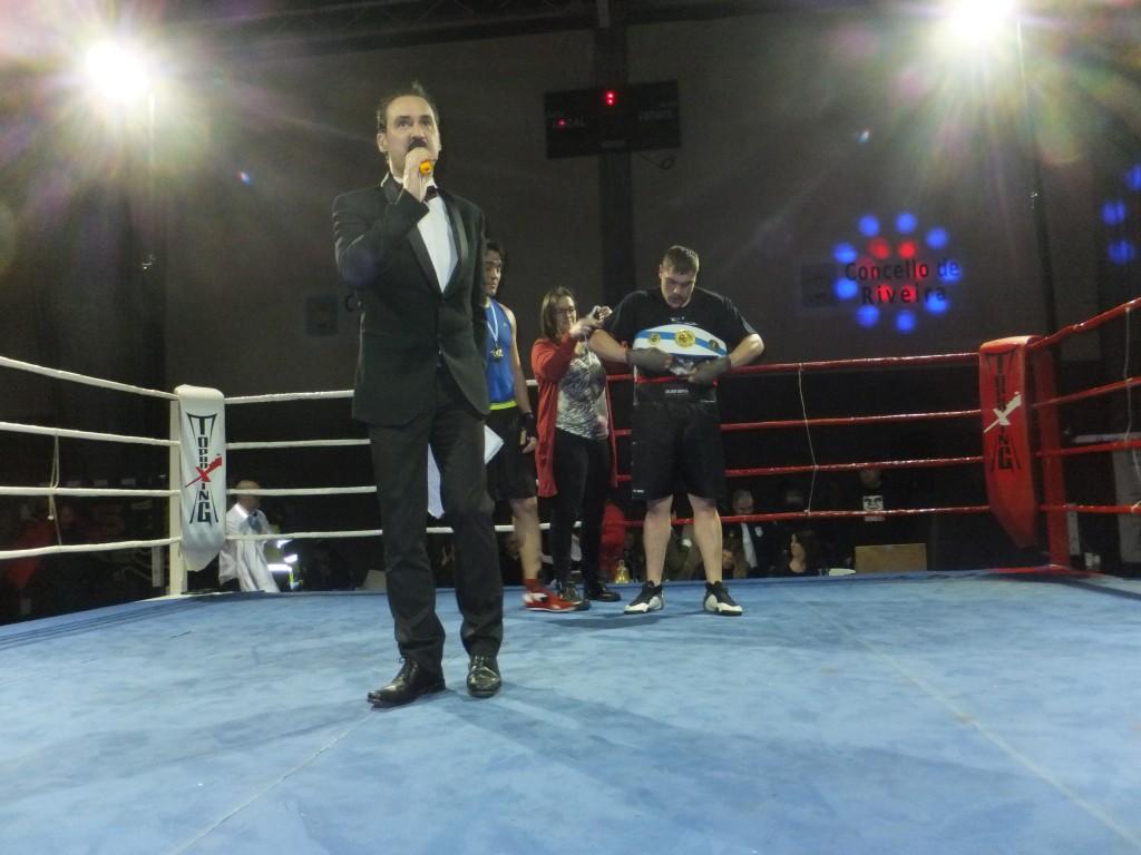 La colegiada EVA SÁNCHEZ se encargo de galardonar al flamante campeón MANY FERNÁNDEZ.