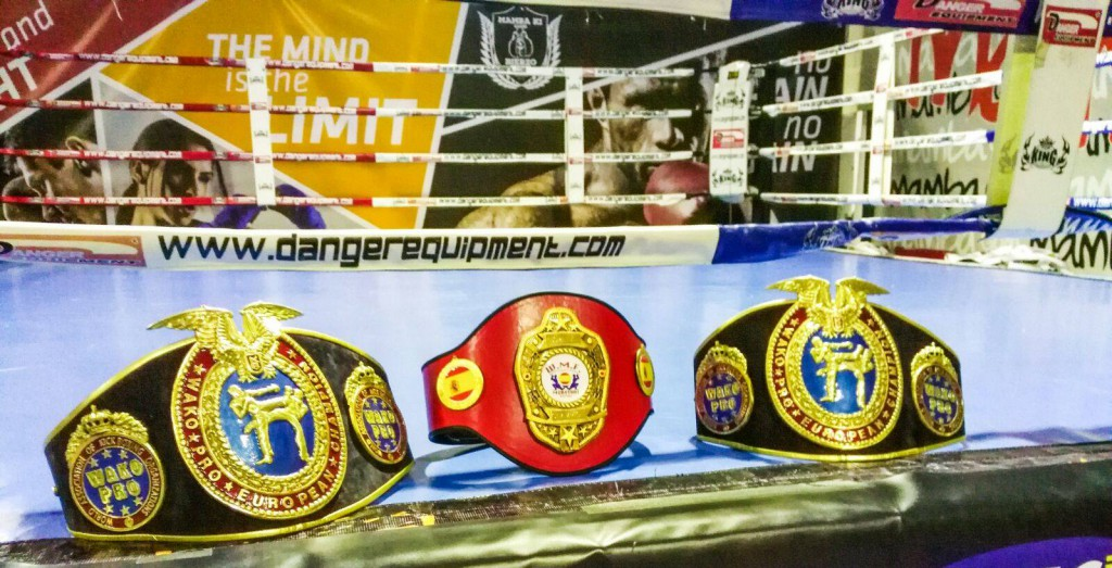Los 3 Cinturones que se disputarán esta noche en el Pabellón Municipal El Toralin. foto cortesía de JUAN J. PARD