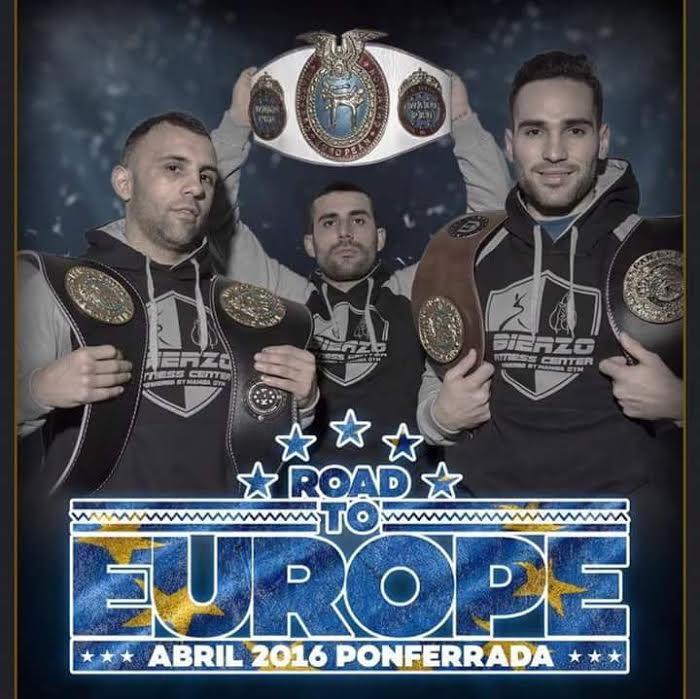 DIEGO VÁZQUEZ exhibe un Cinturón Europeo en medio de los fighter`s TITO MACIAS y CRISTIÁN TORRES. foto cortesía J. J. Pardo