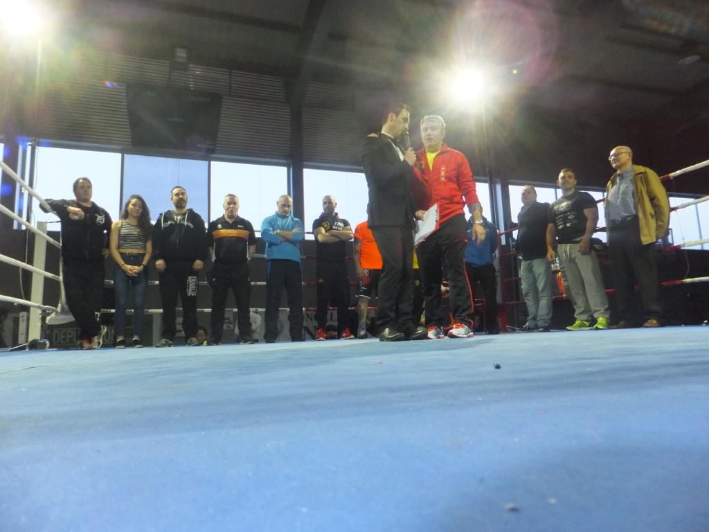 El organizador MOISES HERMO, rindió homenaje a los entrenadores y personajes que hacen posible el boxeo.