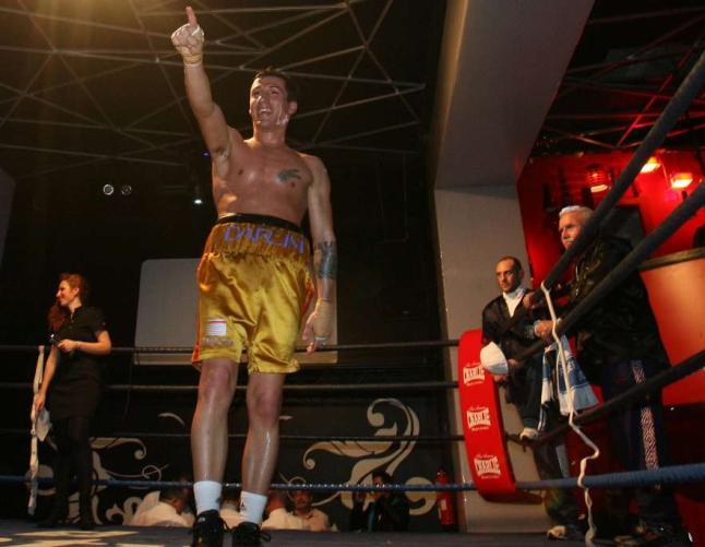 FRANCISCO AMOEDO MARTÍNEZ observa desde la esquina roja la ovación del público a su pupilo, campeón de Europa, IVAN POZO. foto Saudade.