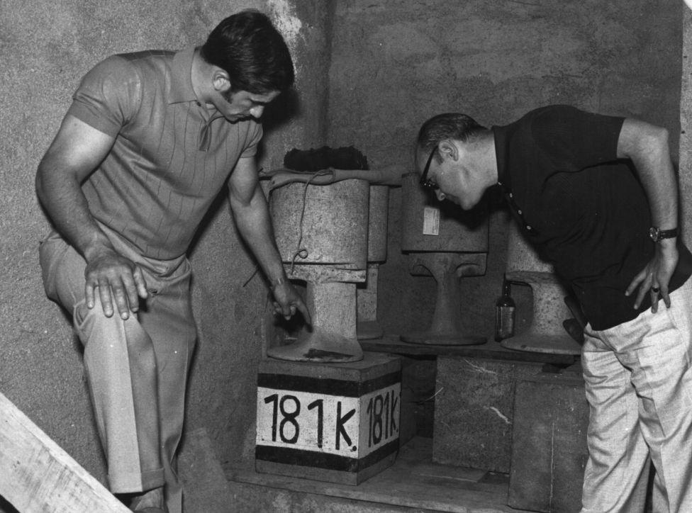 URTAIN muestra las piedras de levantada a su compañero en algunas fiestas nocturnas, el periodista FERNANDO VADILLO.