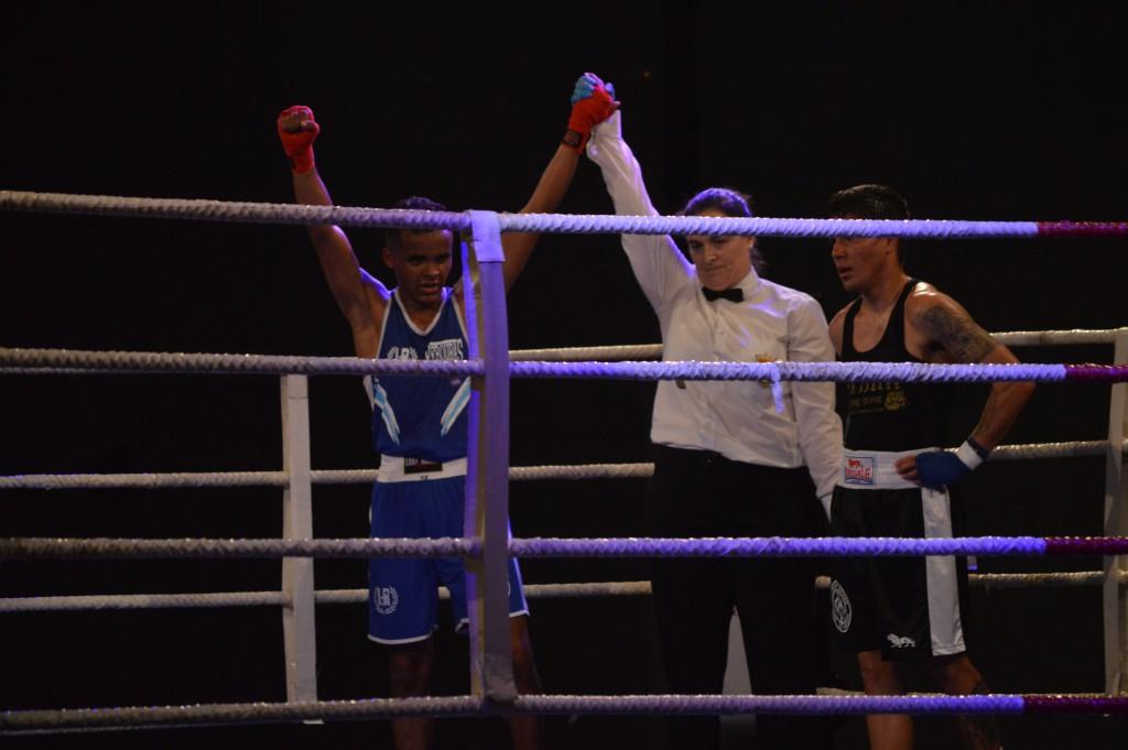 La directora de combate EVA SÁNCHEZ, levanta el brazo de un eextraordinario YDNE SUBIÑAS.