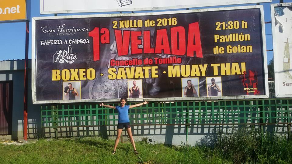 PILAR MARTINEZ DE ESPRONCESA, ante el cartel anunciador de la 1ª Velada Concello de Tomiño.