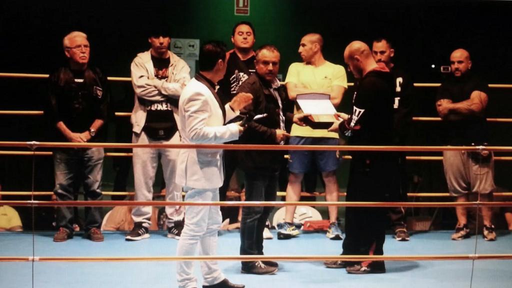 El concejal de Deportes ÁNGEL SANMARCOS, hace entrega a SERGIO SECO de una placa como reconocimiento del CONCELLO DE PADRÓN a la labor desempeñadaen pro del boxeo comarcal.
