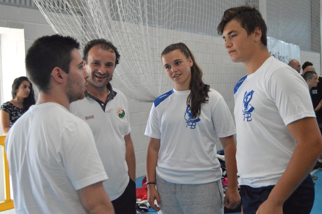 José, Cora y Arón Ayude, conversan con el redactor de La Voz Miguel Varela (izda.)