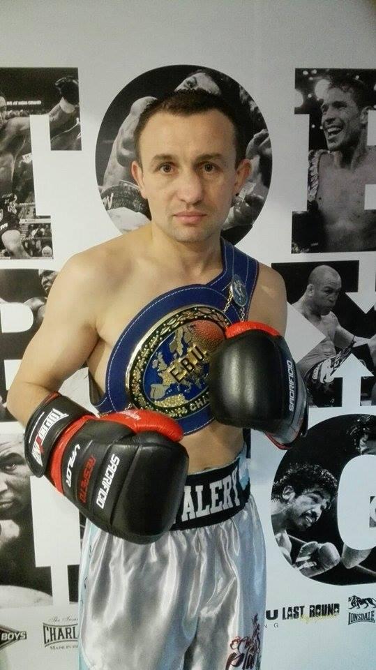 Valery Yanchy, compañero de guantes de La Amenaza, con su entorchado de Campeón de Europa.