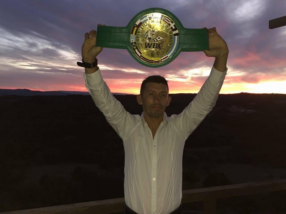 Juan Zapata Ferreira con su Cinturón Latino en las almenas del castillo de Maceda.