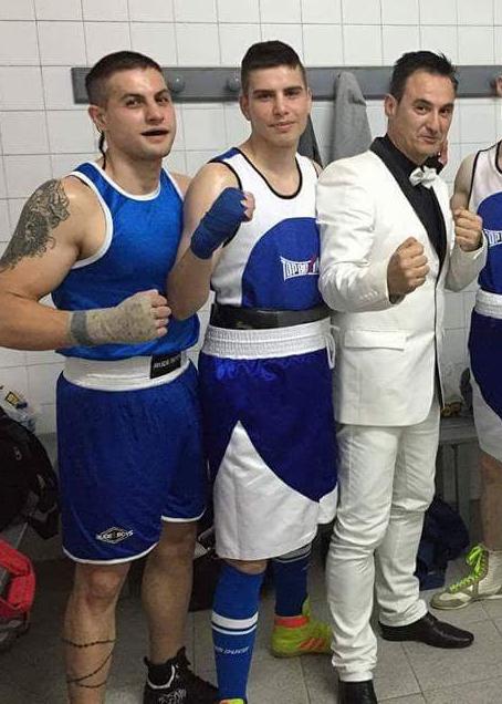 (izda) Cristian Toledano del BKC y Olmo de Paz del Abuelo-Box competiran por el campeonato por clubes. A su lado Toni TopBoxing.