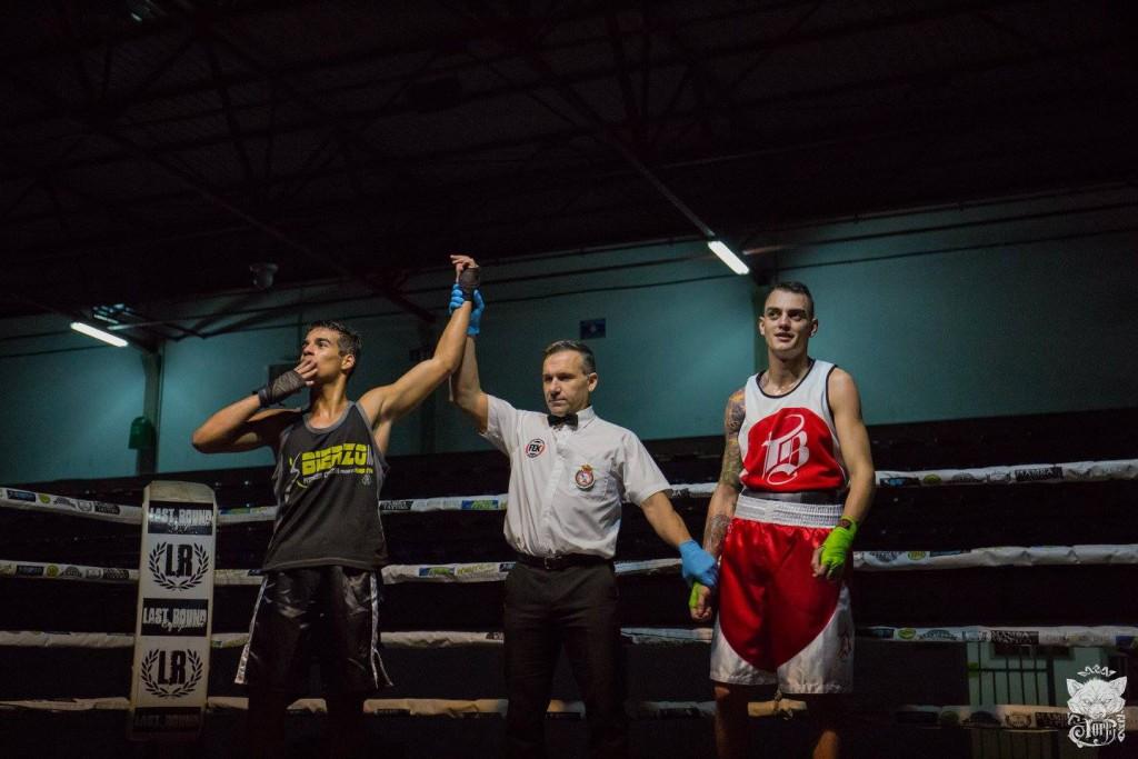 Momento en que el árbitro levanta el brazo de OLMO DE PAZ como vencedor de JAVIER CARRIBA. Fotográfia de LOLO LÓPEZ VILA