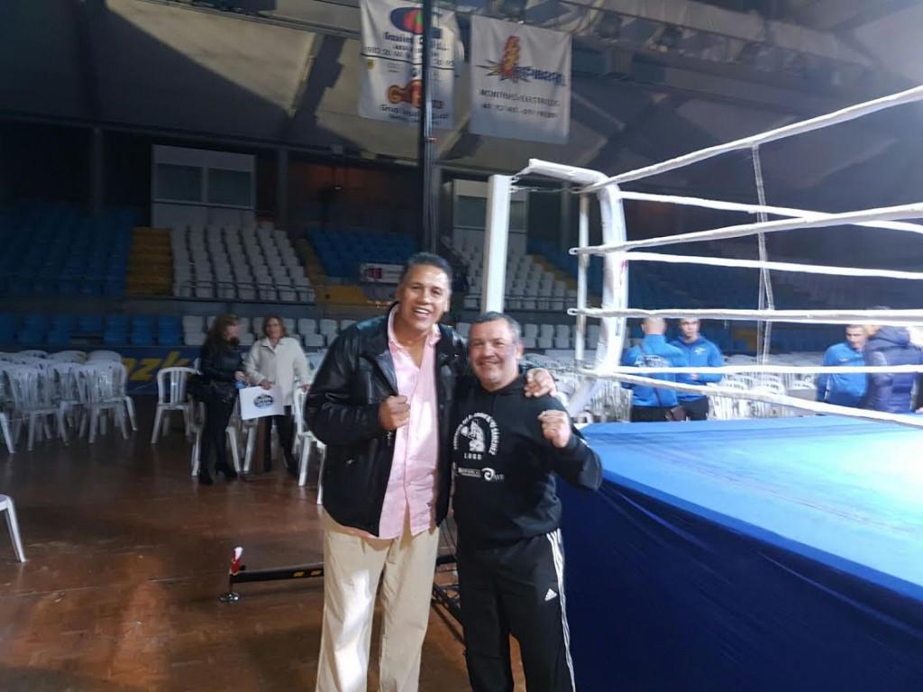 La condición de leyenda viviente del boxeo, hizo que ALFREDO EVANGELISTA fuese requerido para hacer el posado de fotografías. En la imagen con uno de los triunfadores de la noche: el maestro MIKI SÁNCHEZ. A. B.