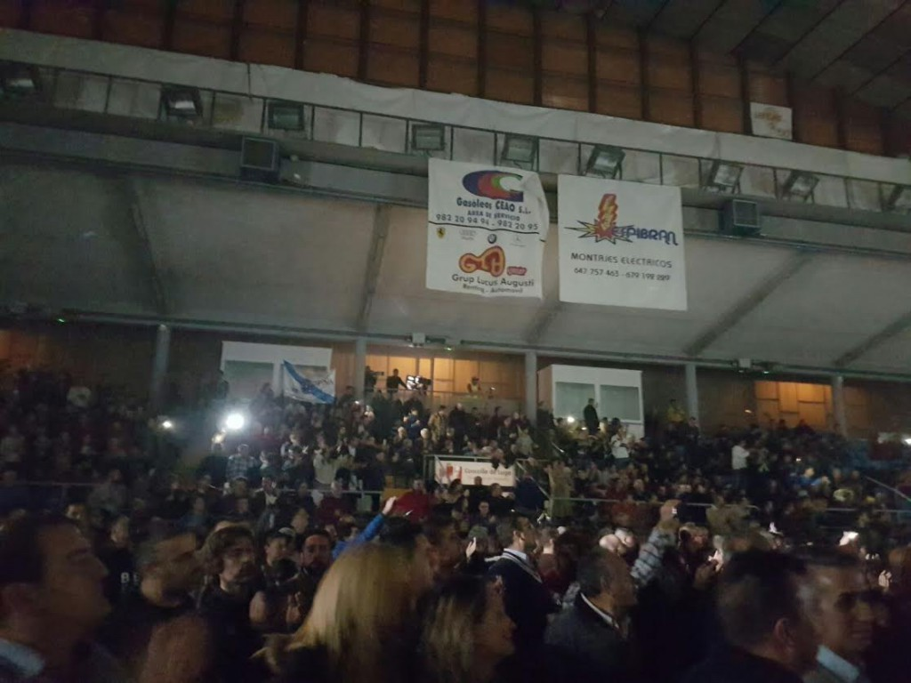 La gran velada de boxeo organizada por el CLUBE LUGUES XÁN PÉREZ, que contó con la colaboración del Ayuntamiento de Lugo y el patrocinio de empresas afincadas, o con delegaciones en la ciudad amurallada, completó por segunda ocasión el aforo del Pabellon Dos Deportes de Lugo. A.B.