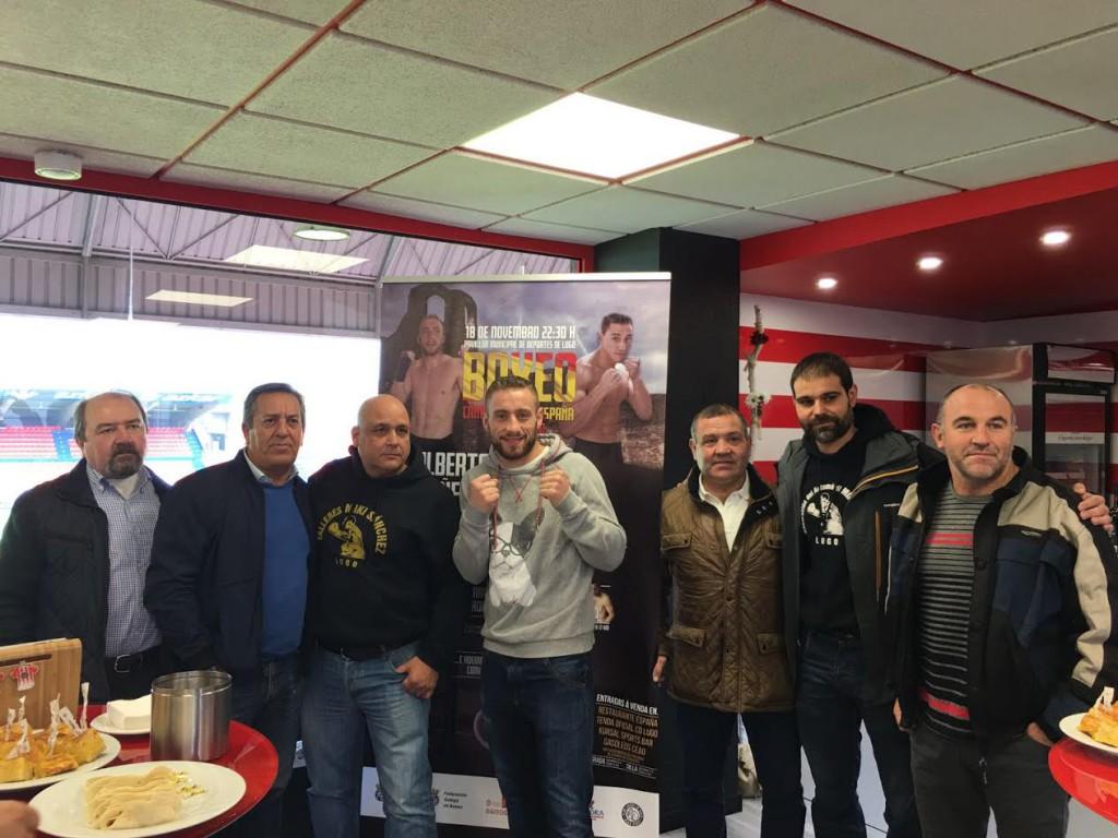 Alberto Piñeiro, Miki Sánchez y Dosi Rocamonde, rodeados de de asistentes a la presentación del campeonato en el antepalco del Deportivo Lugo. foto Club Xan Pérez.