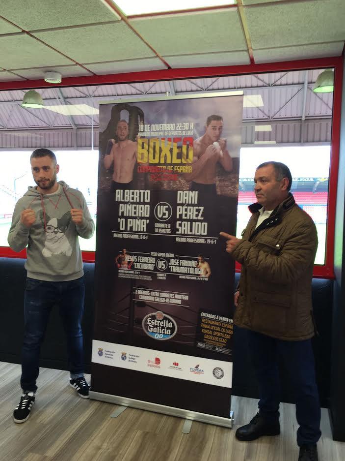 Alberto Piñeiro, el cartel del campeonato y Miki Sánchez. Un dúo de ídolos flanqueando un aficha que puede simbolizar una página de la historia del Boxeo de Lugo.