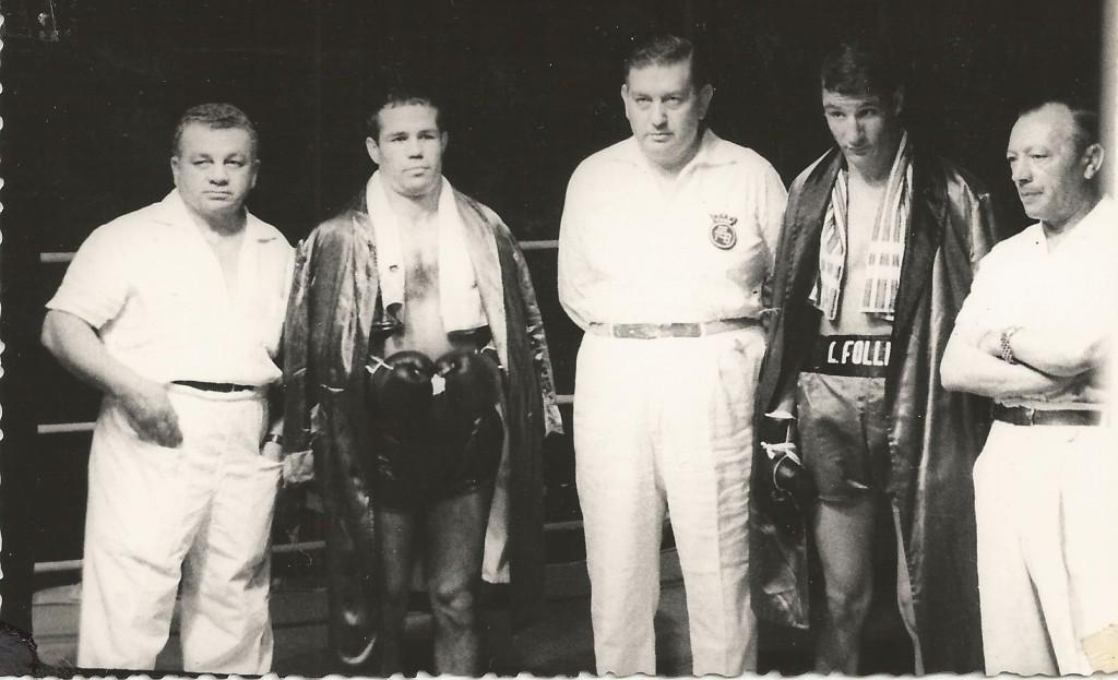FRED GALIANA antes de su primer combate con LUIS FOLLEDO. Pampito Rodriguez el director de combate Sanz y Segundo Bartos completan la imagen. foto revis.ta BOXEO. coleción boxeodemedianoche