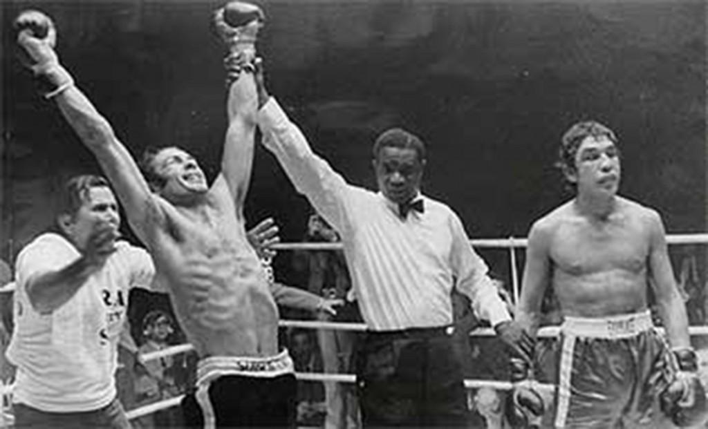 Primer acto de la trilogía Pedro Carrasco - Mando Ramos. El árbitro nigeriano Samuel Odubote proclama vencedor a Carrasco.
