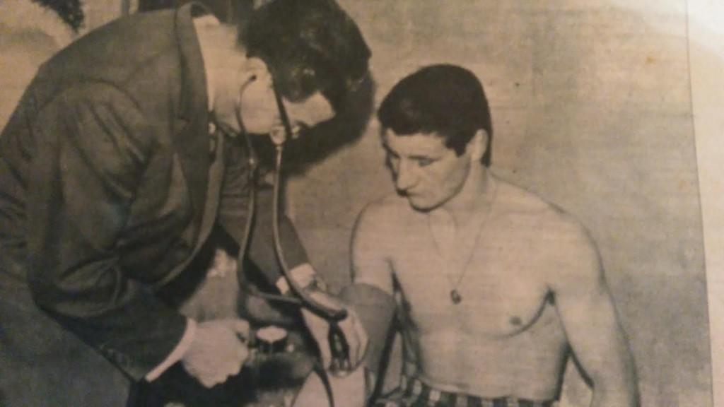 LUIS FOLLEDO CARMONA en el reconocimiento médico previo a su combate con LASZLO PAPP. revista Boxeo.