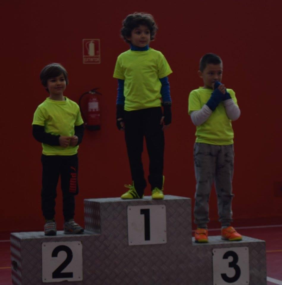 Uno de los podios con competidores masculinos del Torneo Infantil de Palmeira.