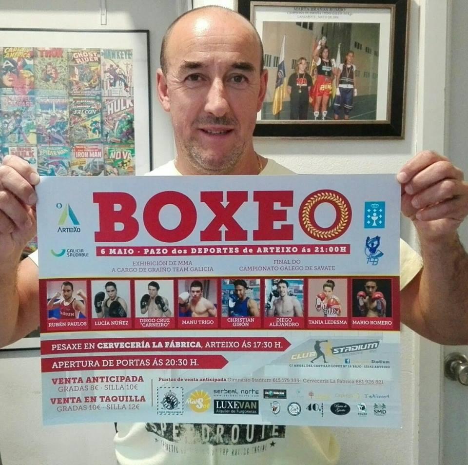 Suso Penela Tajes con el cartel anunciador de la velada del sábado 6 de mayo en Arteixo. web.