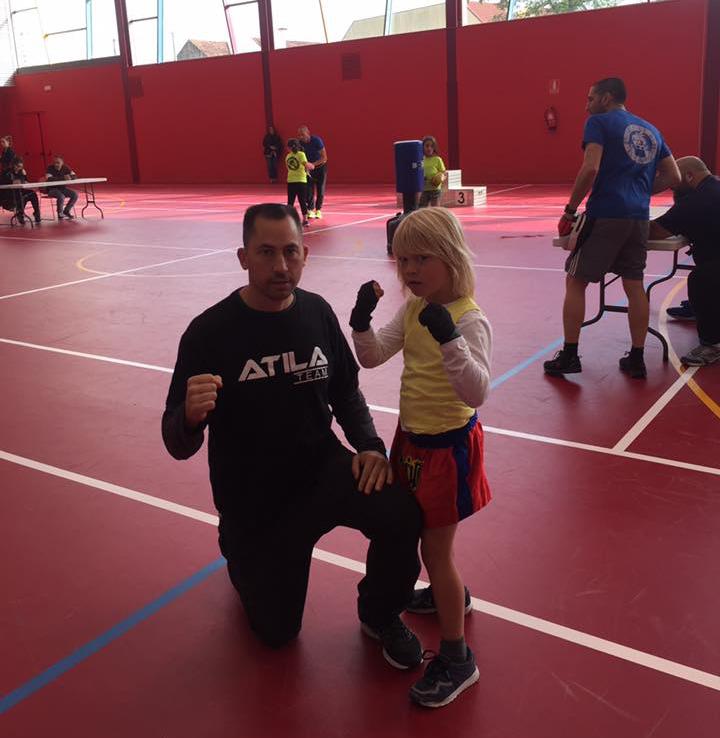 """Al primer Campeonato Gallego de Combatlon acuden los competidores del Antelo team. En la imagen ATILA """"AA"""" ANTELO acompañado de su progenitor."""
