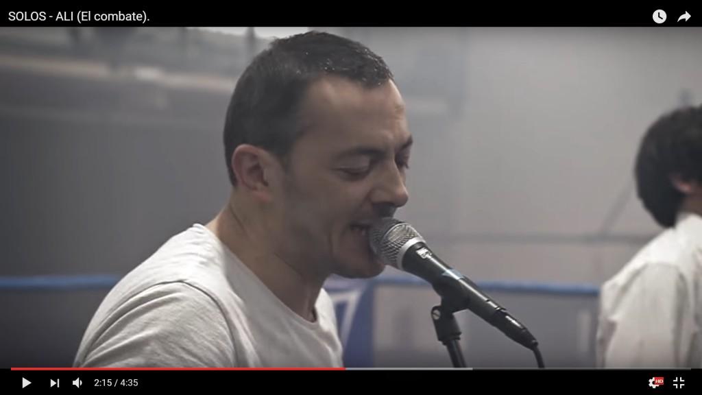 El vocalista de SOLOS en un momento de interpretación de la canción ALÍ.