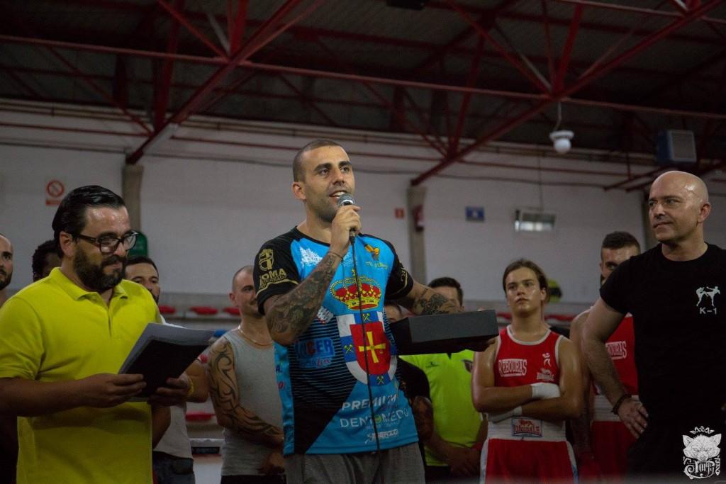 Al comienzo del evento Diego Vazquez recibió las placas de reconocimiento a su labor y a la trayectoria de su pupilo Tito macias. Foto Lolo