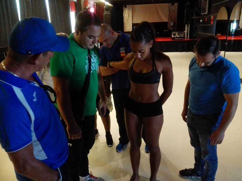 Instntanea del pesaje oficial. Lelo Acea, Chano Planas, la campeona de España Fani Mendes
