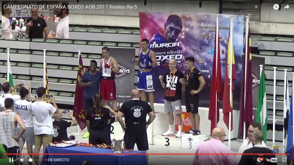 Aarón gonzalez en lo alto del podio con los sones del himno gallego