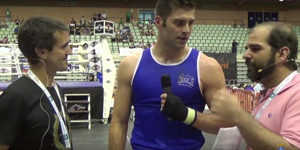 Al final del combate Martiño Rio Departió con los comentaristas de la retransmisión. Su estilo de boxeo con aires de Vladimir Kliskoct ya empieza a llamar la atención