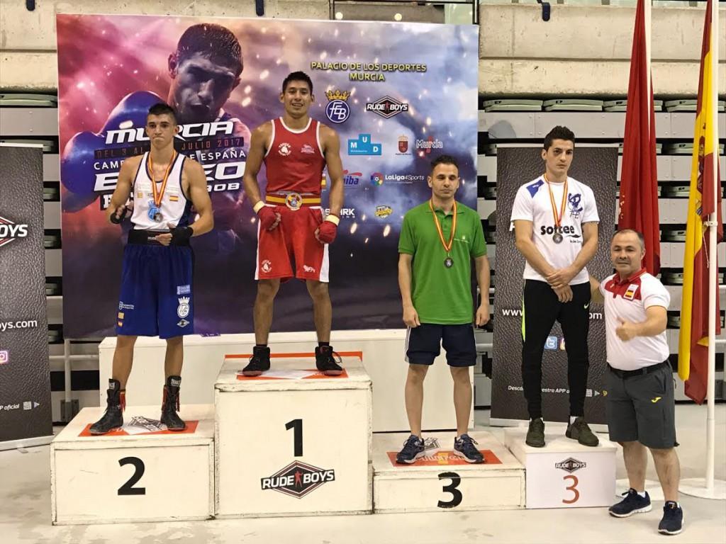 """Kike """" Rayito"""" García en el podio de los campeonatos de España, a su lado el seleccionador Rafa Lozano. Cedida"""