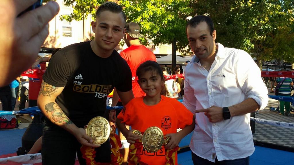 Moncho Miras y Berto Loureiro flanquean a su joven admiradora Alicia del