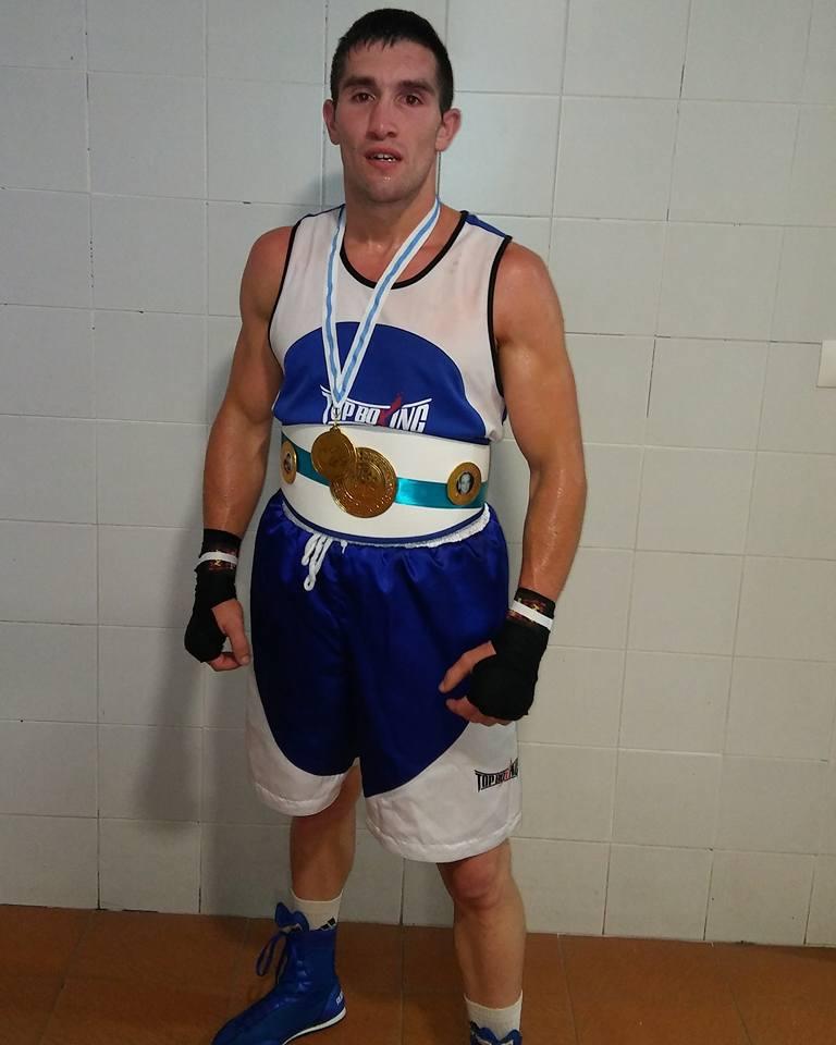 Charli López del Spartan Team de Tomiño con su flamante Cinturón y la medalla de Oro que le acreditan como Campeón de Galicia. Cedida