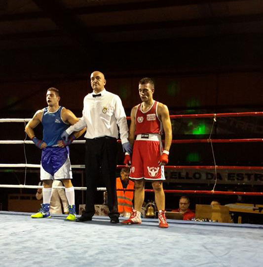 El director de combate José Manuel Vilas, se dispone a proclamar vencedor a Cristian Toledano. foto cedida