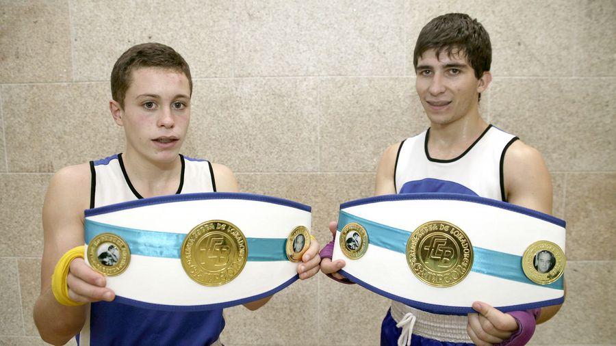 Las jóvenes promesas de El Canario Rubén Perez y Ángel López, posan para La Voz de Galicia con sus Cinturones de campeones gallegos en la imagén de Marcos Creo.