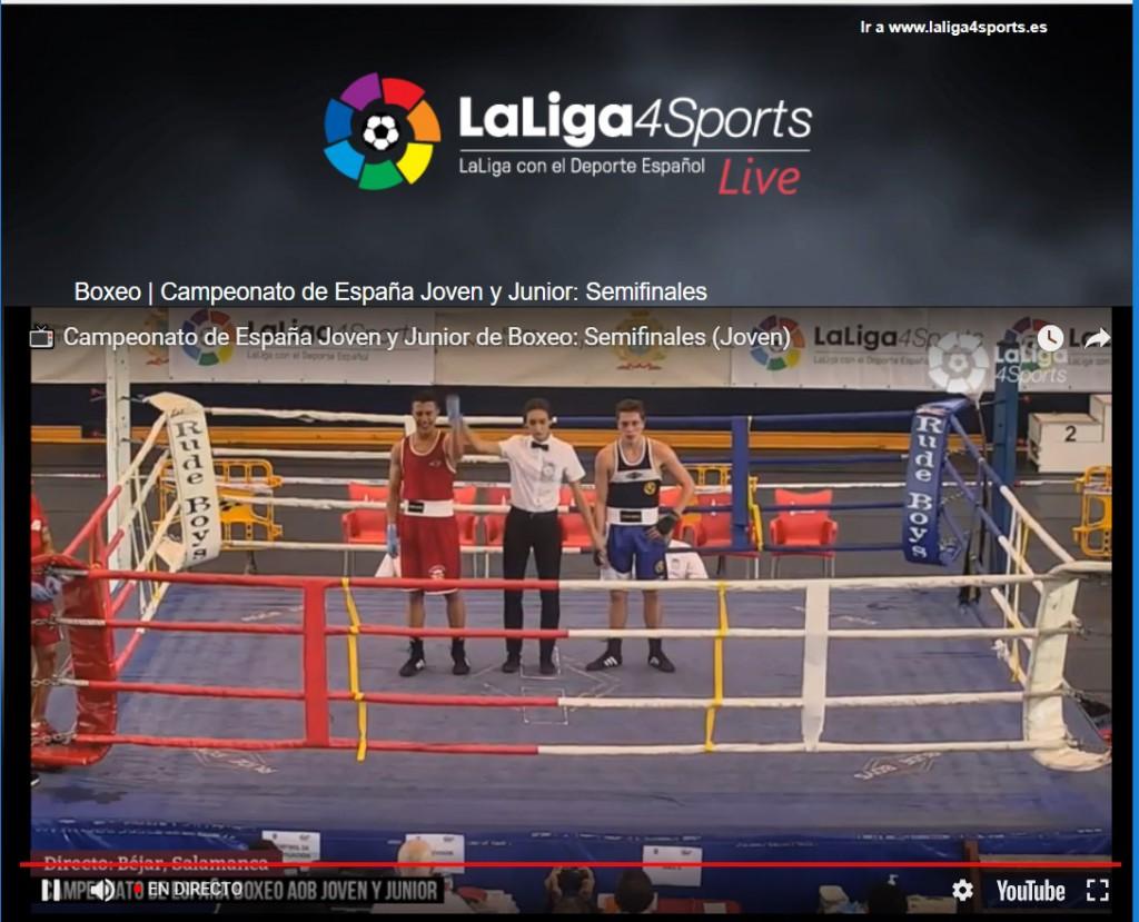 La directora de combate levante el brazo del púgil local, que venció a Ángel López Mayan por decisión dividida. LaLiga4Sports.
