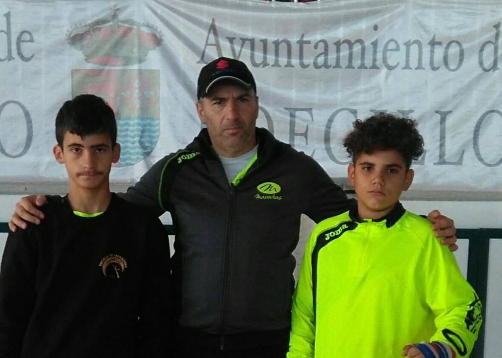 Alfredo Blanco, del Maniotas, con dos de sus alumnos desplazados hasta tierras castellanas