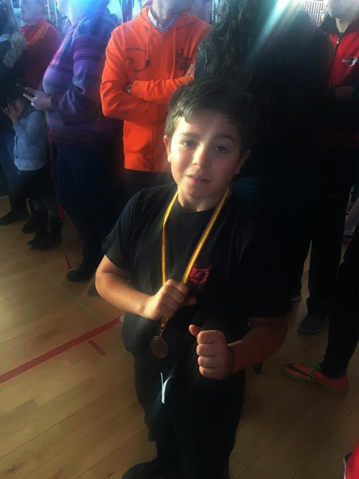 El polifacético competidor infantil Xacobe Piñeiro del Ludus Box Artabrum alcanzó una nueva medalla que abrillanta su extraordinario registro personal.