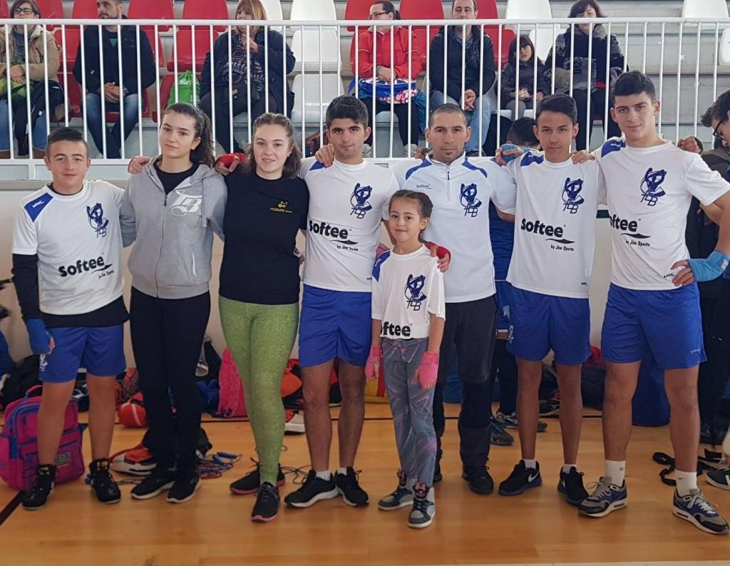 Israel Benitez con sus alumnos de la Escuela de Boxeo