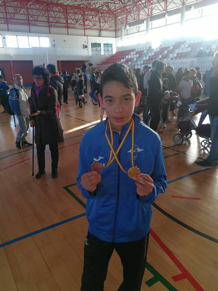 Éloy Barcia de Team Thunder con sus medalla de Oro en Manoplas y la de Bronce en Sombra. Cedida