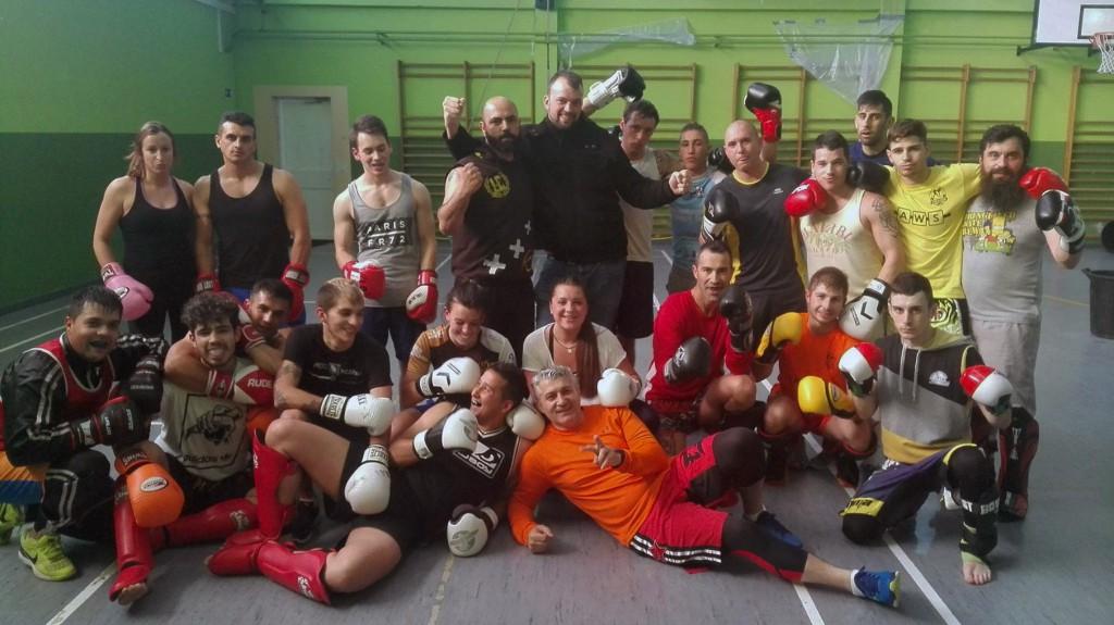 Daniel Creo López de pie ( en el centro ) rodeado de algunos de los componentes del Club de Lucha Noia. foto cortesía de Tono Da Silva.