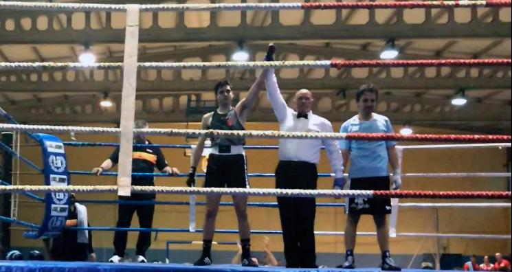 Momento en que el árbitro levanta el brazo triunfador de Álvaro Pardellas en su lid con