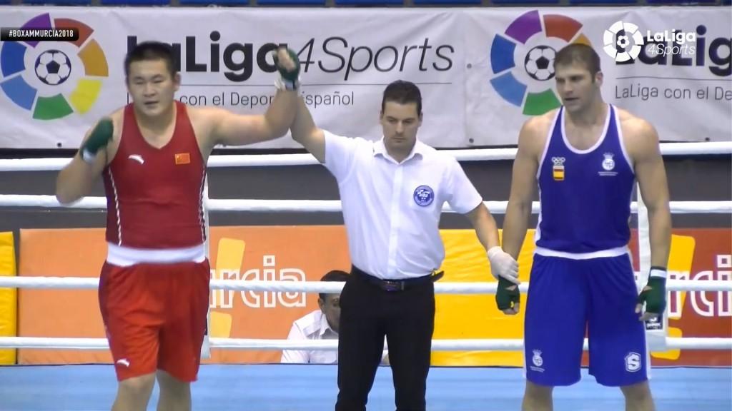 El árbitro levanta el brazo de vencedor al representante chino Haipeng Mu ante el gallego Martiño Río. Foto retransmisión de la LIGA4SPORT - FEB.