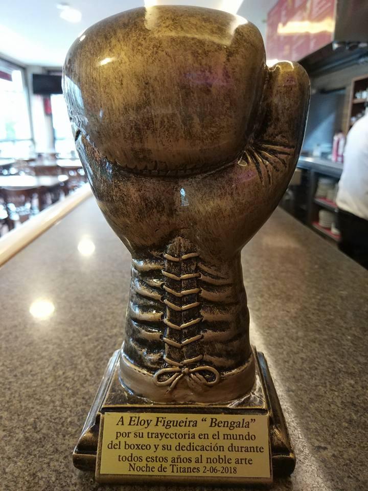 Trofeo de reconocimiento y homenaje a la trayectoria de Eloy Figueira, entregado por el promotor y entrenador Luis Suarárez Santos del Azteca Box.